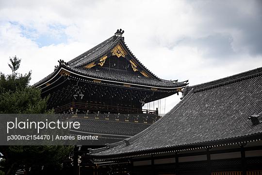Japan, Kyoto Prefecture, Kyoto City, Black tiled roofs of Buddhist temple - p300m2154470 by Andrés Benitez