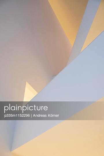 Verschiedene Winkel in einem Treppenhaus - p335m1152296 von Andreas Koerner