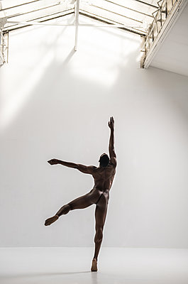 Naked dancer - p1139m2022076 by Julien Benhamou