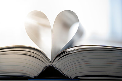 Sheets of open book building heart, close-up - p300m2041837 by Frank Röder