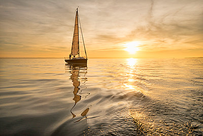 Germany, Baden-Wuerttemberg, Lake Constance, sailing boat at sunset - p300m2082988 by Holger Spiering