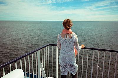 Frau blickt aufs Meer - p432m911908 von mia takahara