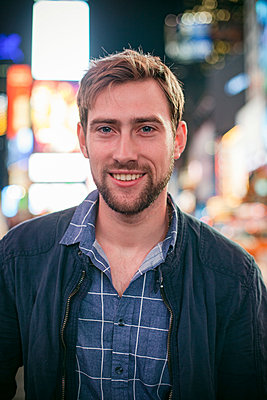 Young man in Times Square, New York City, New York, USA - p623m1221428 by Gabriel Sanchez