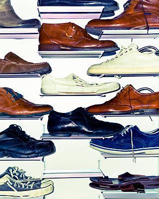 Schuhe im Schuhschrank - p979m1129252 von Kosa
