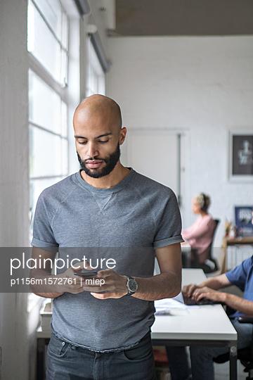 Mann mit Smartphone - p1156m1572761 von miep