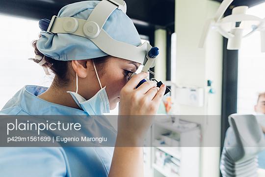 plainpicture - plainpicture p429m1561699 - Dentist using dental equipm... - plainpicture/Cultura/Eugenio Marongiu