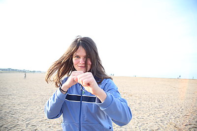 Young woman boxing on the beach in Riva-Bella - p1289m2044568 by Elisabeth Blanchet