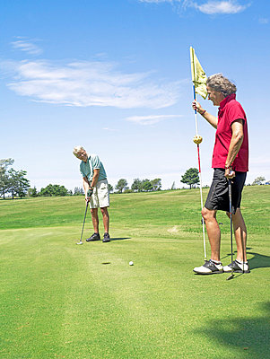 Senioren beim Golf spielen  - p6430186f von senior images RF