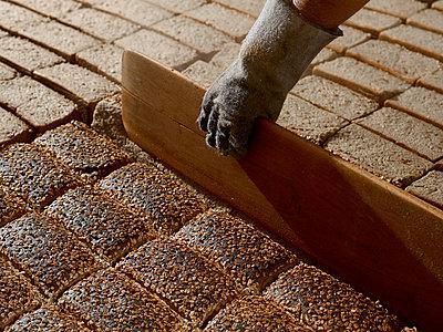 Geschobene Brote werden umgeschichtet - p897m1183583 von MICK
