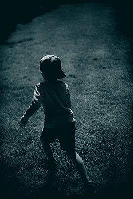 Boy running away - p1028m2207543 by Jean Marmeisse