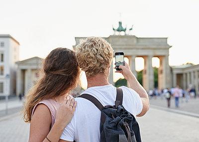 Junges Paar fotografiert Brandenburger Tor - p1124m1463341 von Willing-Holtz