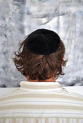 Jewish man wear a yarmulke, or kippah, on their head - p1648m2228482 by KOLETZKI