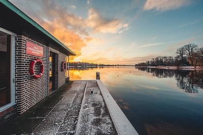 Germany, Hamburg, Outer Alster Lake, Ferry dock Krugkoppelbruecke in winter at sunrise - p300m1562805 by Kerstin Bittner