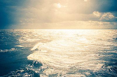 Sonne spiegelt sich in Nordseewellen - p416m784664 von Thomas Schaefer