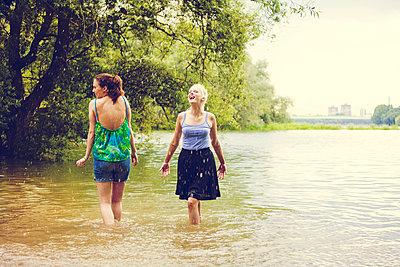 Freundinnen am Fluss - p904m932320 von Stefanie Päffgen