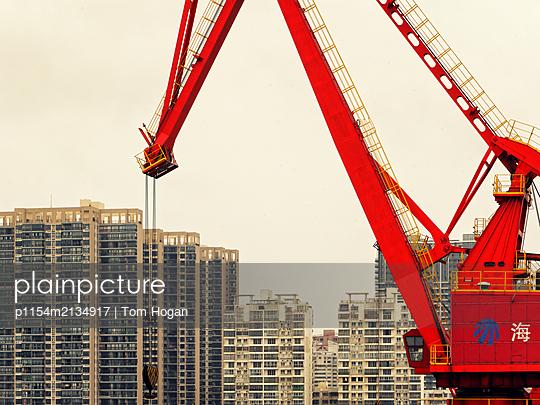 Kran vor Neubaugebiet - p1154m2134917 von Tom Hogan