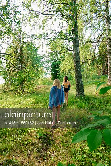 Zwei Mädchen auf dem Weg zum Badesee - p1418m1589182 von Jan Håkan Dahlström