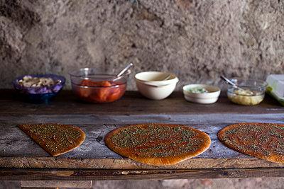 Pizza und Zutaten - p1308m1143566 von felice douglas