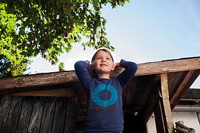 Kind auf Baumhaus - p1386m1441772 von beesch