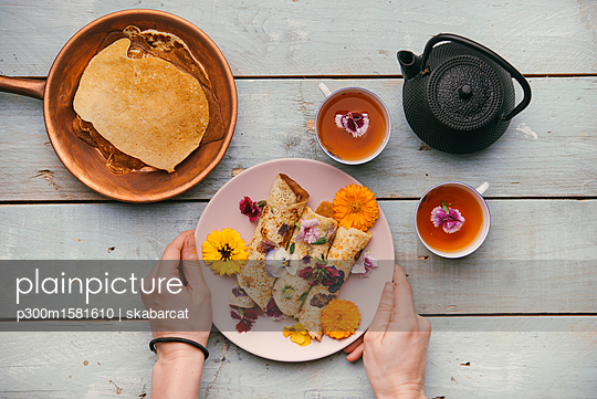 Pancakes with edible flowers for a healthy snack - p300m1581610 von skabarcat