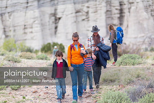 Family hiking on dirt path - p555m1412207 by Marc Romanelli