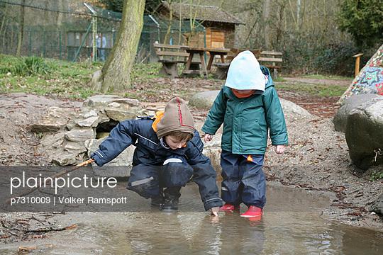 Kinder entdecken - p7310009 von Volker Ramspott