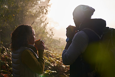 Silhouette young couple drinking coffee in autumn nature - p1023m2212868 by Trevor Adeline