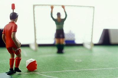 Tischfußballspieler vor dem Tor - p2551030 von T. Hoenig