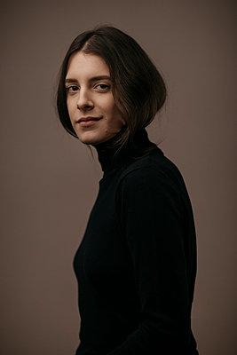 Portrait of a beautiful dark-haired woman, smiling - p300m2083088 von Alberto Bogo