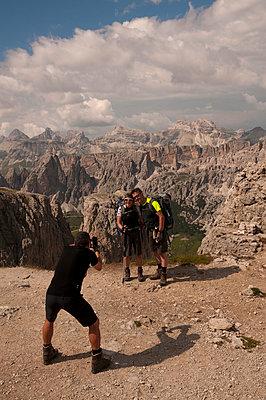 Fotoshooting in den Dolomiten - p470m2064969 von Ingrid Michel
