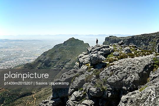 Mann genießt Aussicht auf dem Tafelberg - p1439m2015207 von Saskia Uppenkamp