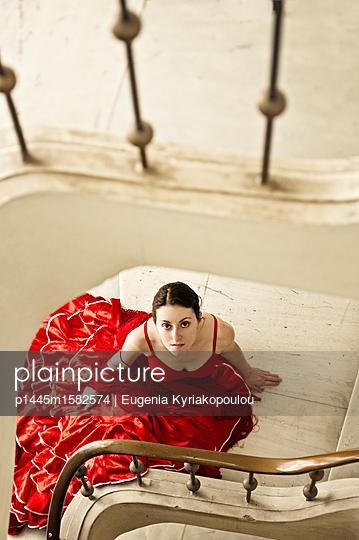 Frau im roten Kleid - p1445m1582574 von Eugenia Kyriakopoulou