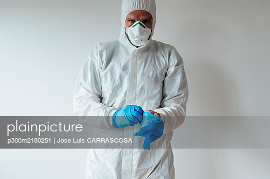 Doctor wearing protective wear - p300m2180251 by Jose Luis CARRASCOSA