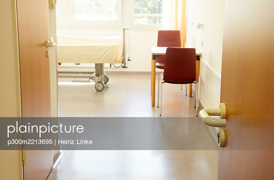 Germany, Freiburg, Empty hospital room - p300m2213695 by Heinz Linke
