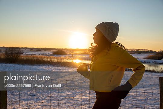 Netherlands, Den Bosch, woman and teen son in snowy landscape - p300m2287568 von Frank van Delft