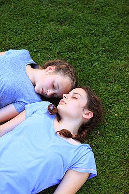 Beste Freundin Träumen im Gras - p045m1171165 von Jasmin Sander