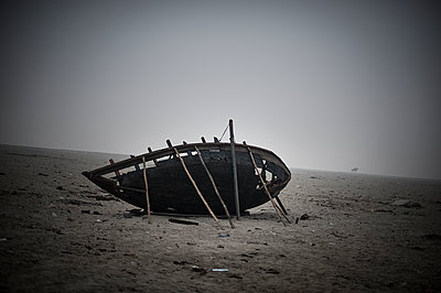 Boat wreck - p1007m1059875 by Tilby Vattard