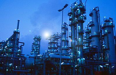 Ölraffinerie - p416m990935 von Till Leeser