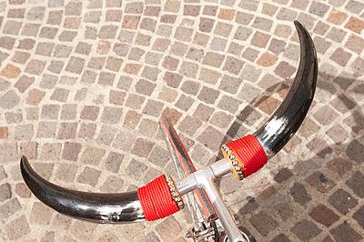 Fahrradlenker mit Hörnern - p470m1425398 von Ingrid Michel