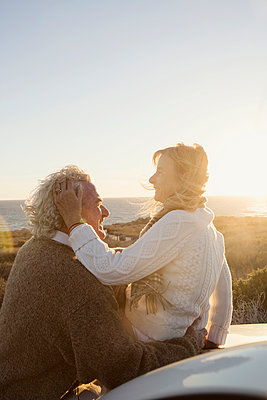 Older Caucasian couple hugging outdoors - p555m1304724 by Kyle Monk