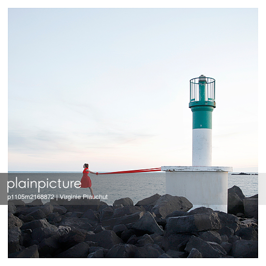 Frau und Leuchtturm - p1105m2168872 von Virginie Plauchut