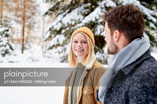 Junges Paar macht einen Winterspaziergang - p1124m1589303 von Willing-Holtz