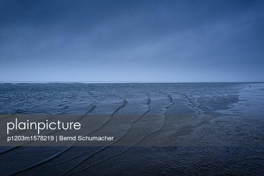 Wellen an der Küste in der Abenddämmerung - p1203m1578219 von Bernd Schumacher