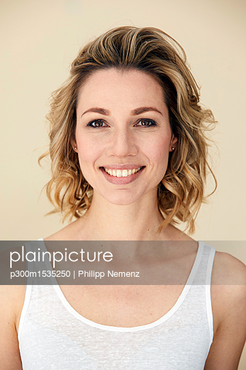 Portrait of blond woman wearing tank top, smiling - p300m1535250 by Philipp Nemenz