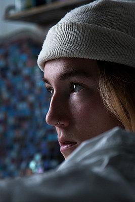 Junge Frau mit weißer Mütze - p1650m2231581 von Hanna Sachau
