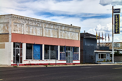 Deserted shops in a small town, Seligman, USA - p1686m2288533 by Marius Gebhardt