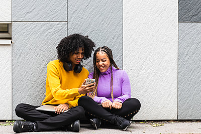 Barcelona, Spain. Student couple enjoying the city. Student, couple, city, young, ethnic couple, mixed race, afro american, hair style, latin, young, street, university, team, technology. - p300m2267883 von NOVELLIMAGE
