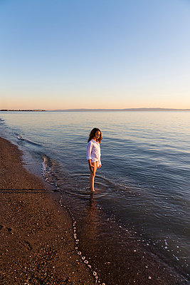Girl playing at Crown Beach, USA - p756m2053386 by Bénédicte Lassalle