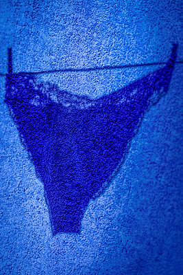 Silhouette Of Panties Hanging On Clothes Line   - p847m888956 by Bildhuset