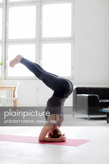 Yogapose - p1212m1123416 von harry + lidy